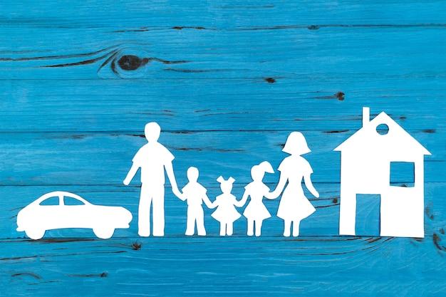 Крупным планом счастливой семьи бумаги на синем фоне Premium Фотографии