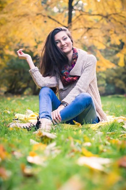 草の上に座っている女の子 Premium写真