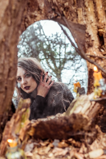 Мистическая женщина смотрит в зеркало Premium Фотографии