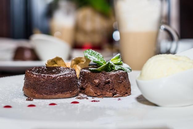 温かいデザートチョコレートケーキ Premium写真