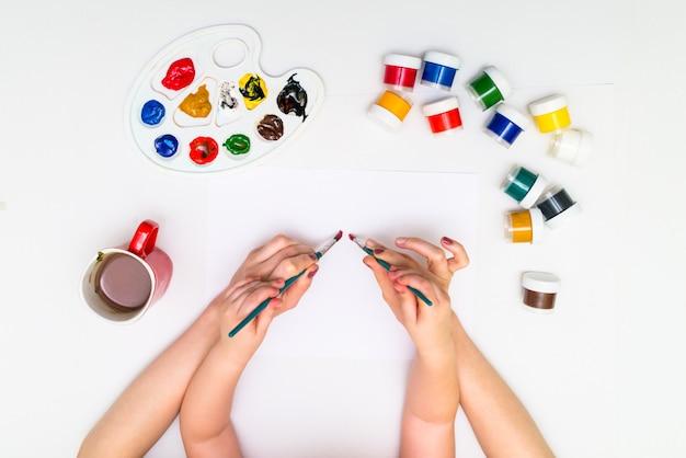 Руки ребенка, рисующие сердце Premium Фотографии