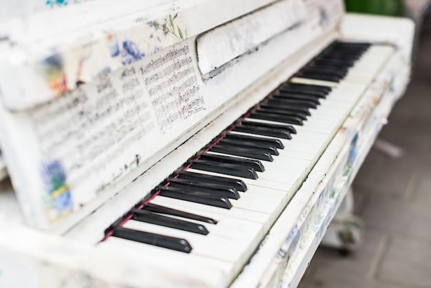 屋外のピアノのキーのクローズアップ。 Premium写真