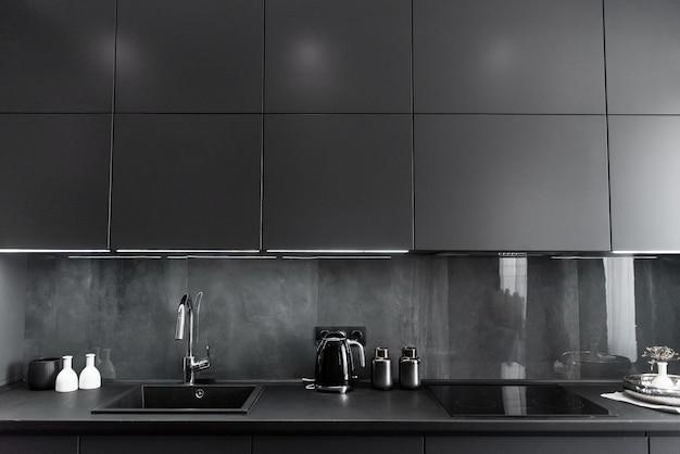 Стильный кухонный интерьер в серых и черных тонах Premium Фотографии