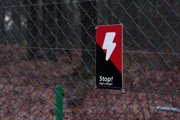 グリルの雷と危険の赤黒記号 Premium写真