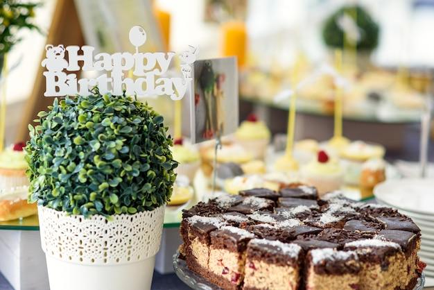 レストランでのケータリング、誕生日のお祝いにスタイリッシュで豪華な装飾が施されたキャンディーバー。 Premium写真