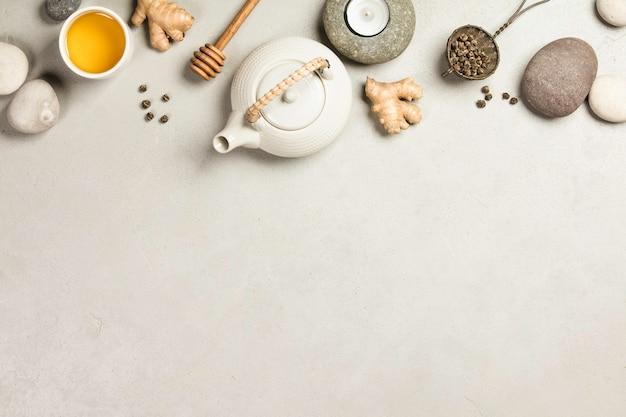コンクリートの背景にアジアのお茶セットとスパの石 Premium写真