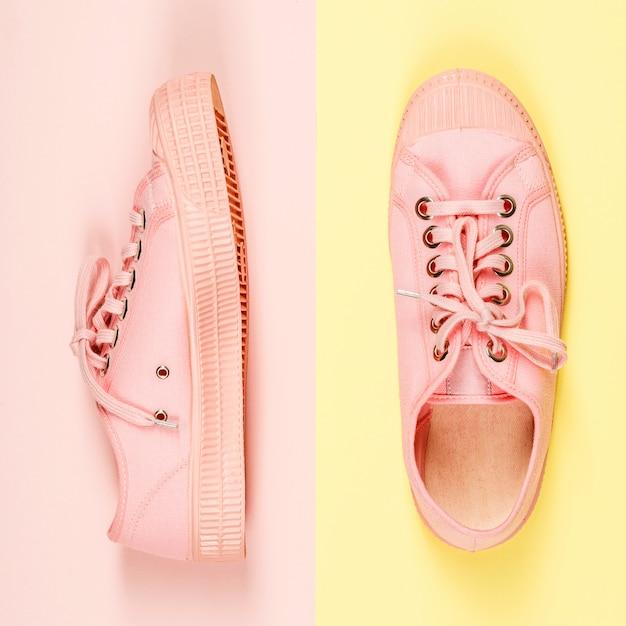Пара розовых брезентовых кроссовок, крупный план Premium Фотографии