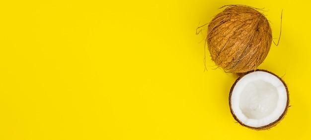 黄色の背景、トップビューでココナッツ Premium写真