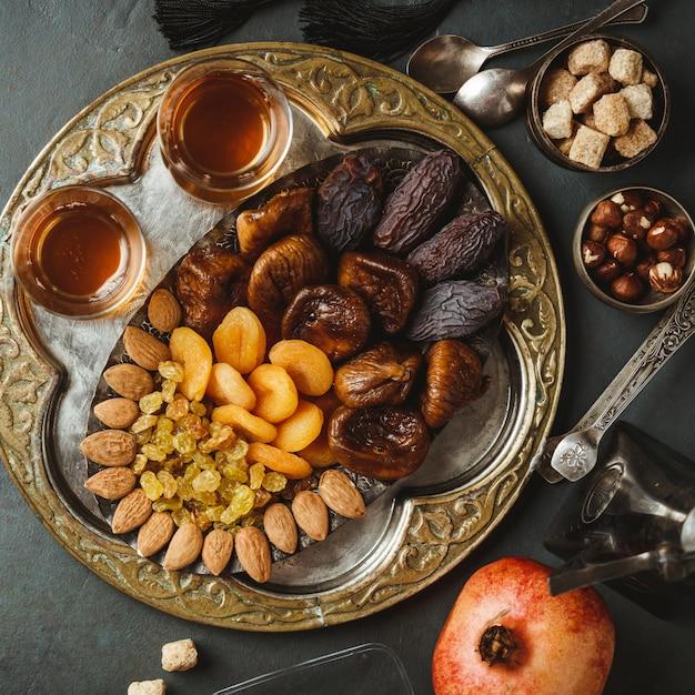 伝統的なアラビア茶とドライフルーツとナッツ、平干し Premium写真