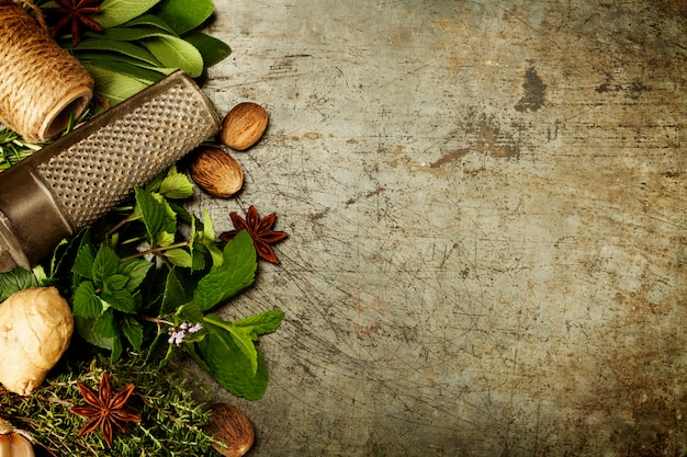 Выбор трав и специй на деревенском фоне Premium Фотографии