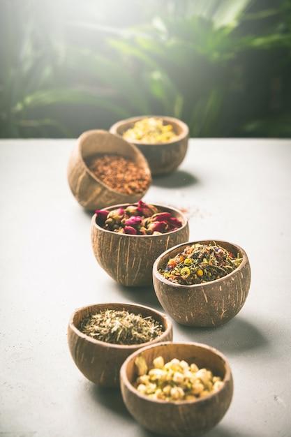 ココナッツボウルの乾燥茶の品揃え。 Premium写真
