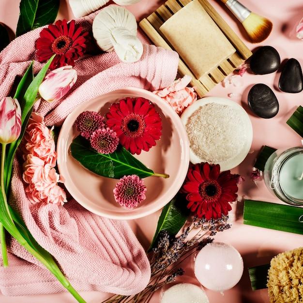 花とタオルでスパ組成。平置き Premium写真