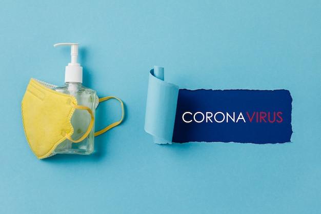 Коронавирусные профилактические медицинские хирургические маски и дезинфицирующее средство для рук для защиты рук Premium Фотографии