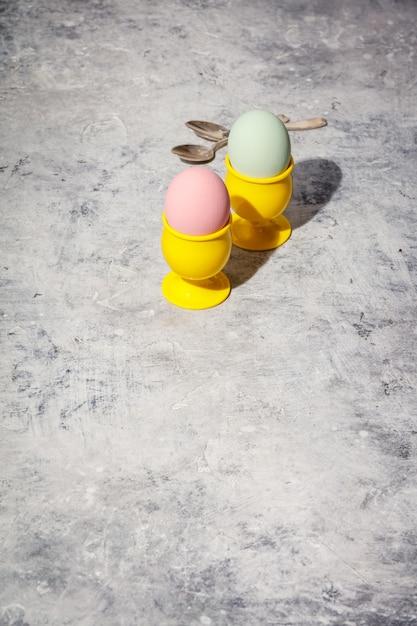 Пасхальная композиция на сером бетонном фоне Premium Фотографии