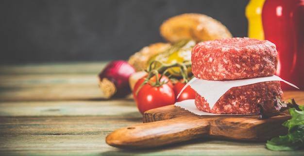 Домашние гамбургеры на деревянном столе, крупным планом Premium Фотографии