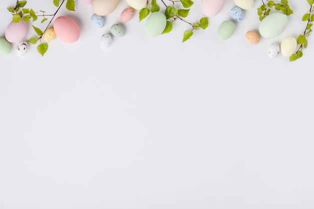 Пасхальная композиция на белом фоне, вид сверху Premium Фотографии