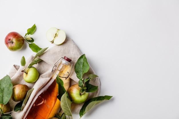 アップルサイダー酢と新鮮なリンゴ、平干し、テキスト用のスペース Premium写真