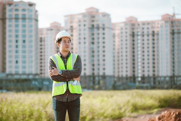 作業または建設の建築現場で確認するエンジニアの男 Premium写真
