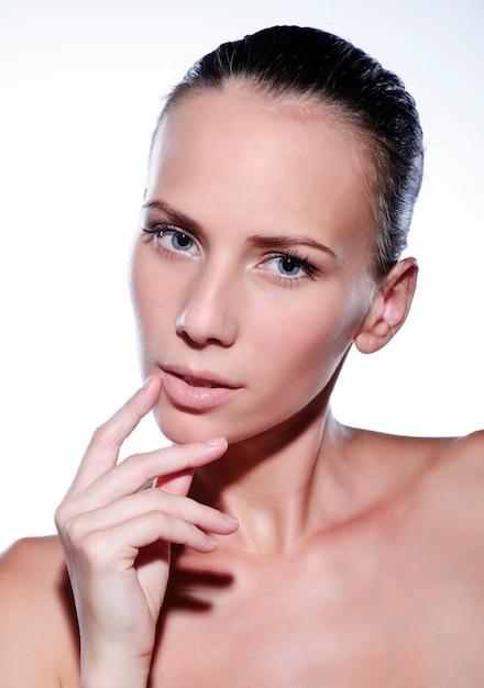 清潔でさわやかな肌を持つ美しい若い女性。女の子の美しさの顔のケア。フェイシャルトリートメント。 Premium写真