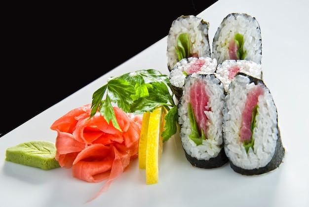 Суши ролл с лососем и креветками темпура. Premium Фотографии