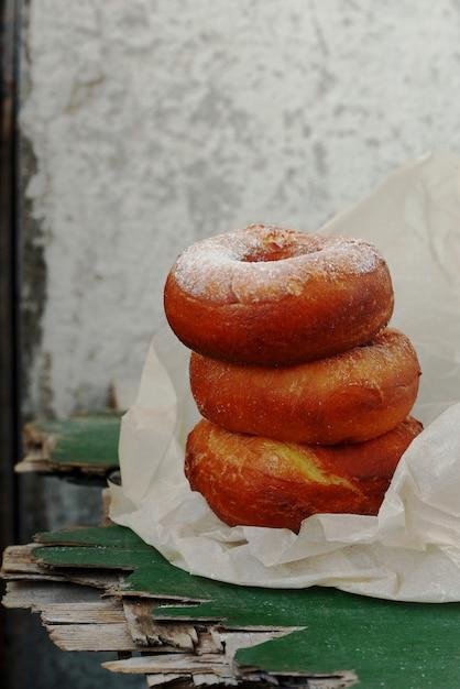 砂糖のアイシングと甘い血色の良いドーナツ Premium写真