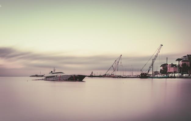港でのロングショットの難破船 無料写真