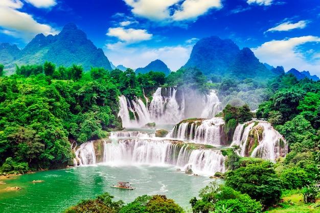 Влажный живописный водный пейзаж сельской местности чистый поток Бесплатные Фотографии