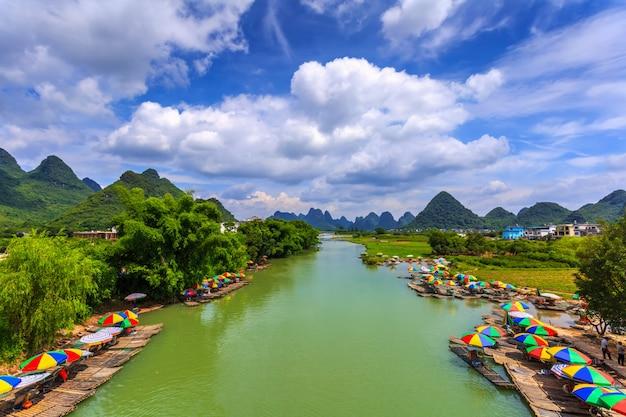 アジア朝の美しい街の山々 無料写真