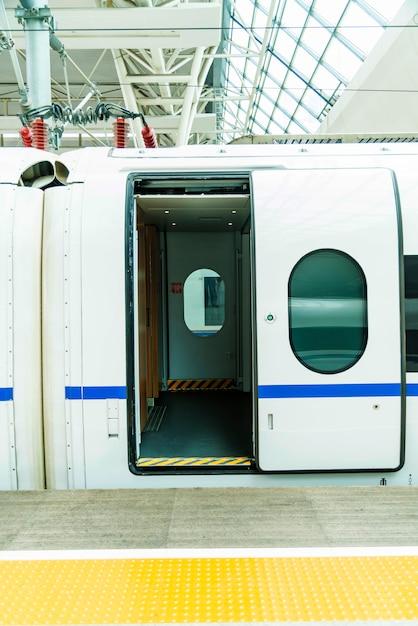 高速鉄道車両ドア Premium写真