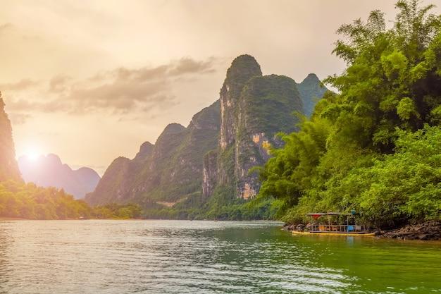 風景緑色のミスト水 無料写真