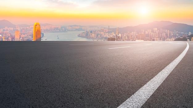 Панорамный вид на пустую дорогу в городе Premium Фотографии