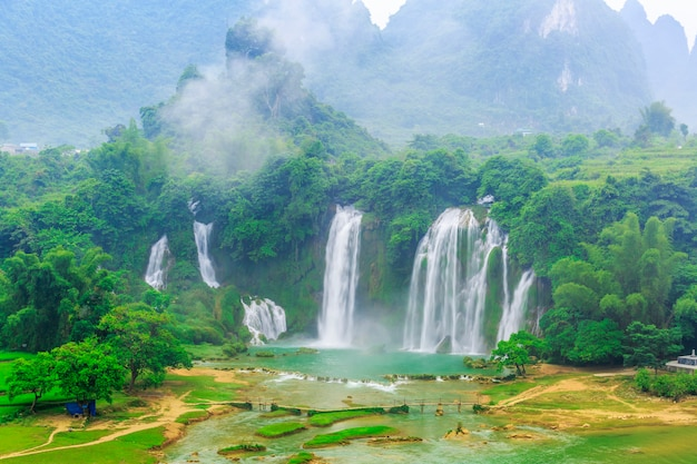 Водопад детян в гуанси, китай и водопад баньюэ во вьетнаме Premium Фотографии