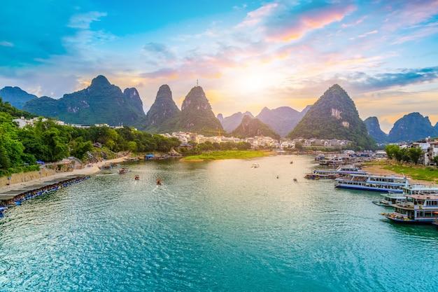 Красивый пейзаж гуйлиня, гуанси Premium Фотографии