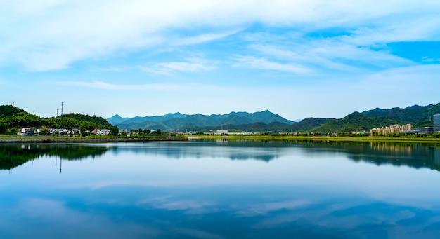 杭州の千島湖の自然景観と湖の景観 Premium写真