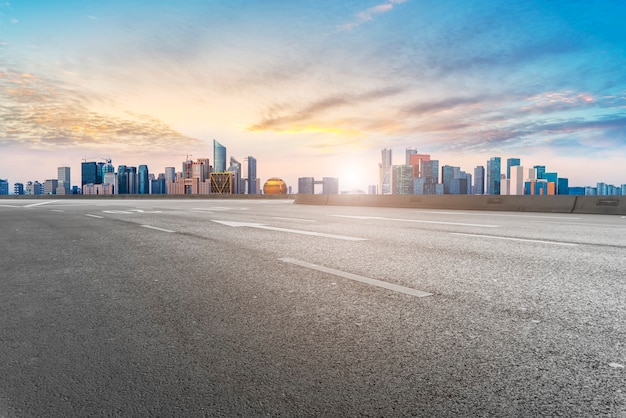 Передний план шоссе, асфальт, городское здание, коммерческое здание, офисное здание Premium Фотографии