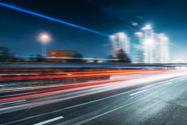 都市道路とぼやけた光 Premium写真