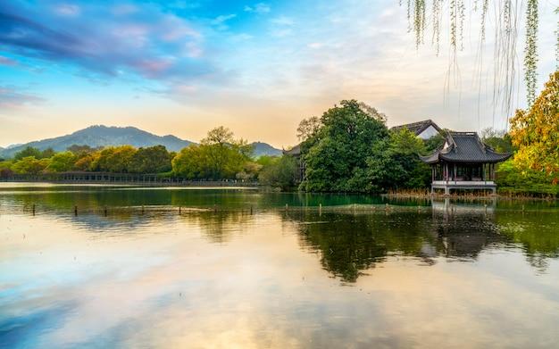 杭州の西湖の美しい景観と建築景観 Premium写真