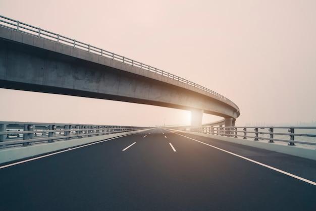 Конкретная кривая дороги виадука в фарфоре шанхая напольном Premium Фотографии