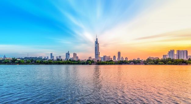都市の湖と近代建築 Premium写真
