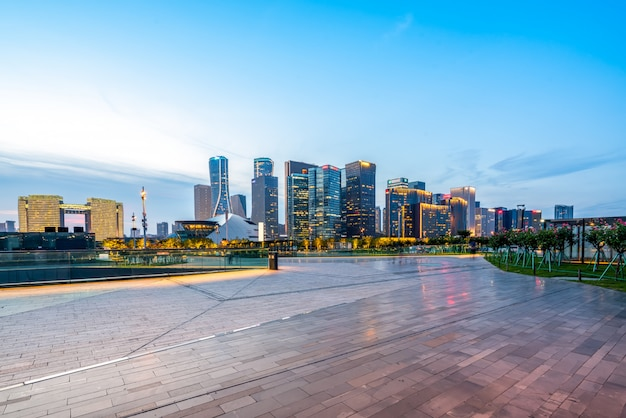 都市の夜景の近代建築 Premium写真