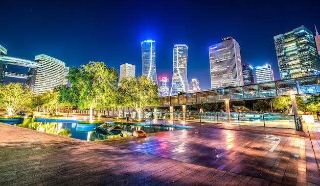 Городской ночной пейзаж современная архитектура Premium Фотографии