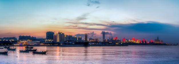 青島海岸線沿いの都市建築景観のスカイライン Premium写真