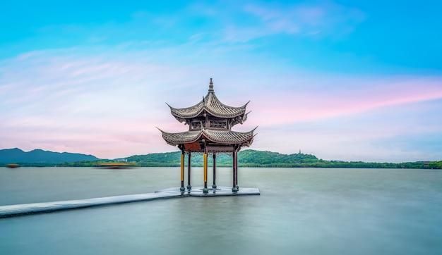 杭州の西湖の古代の建築風景 Premium写真