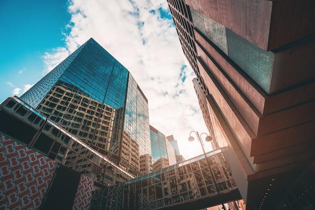 С низкого угла небоскреба в современных китайских городах Premium Фотографии