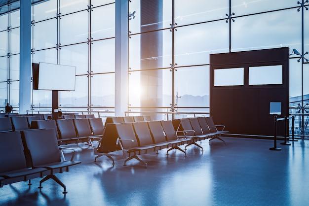 Интерьер здания аэропорта и стеклянные окна Premium Фотографии