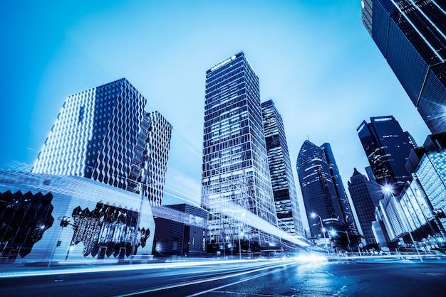 モダンな建物の光の道 Premium写真