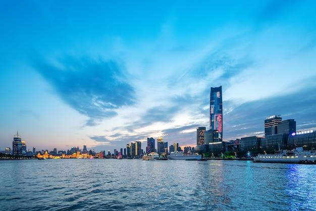 Городской ночной пейзаж архитектурный пейзаж в шанхае Premium Фотографии