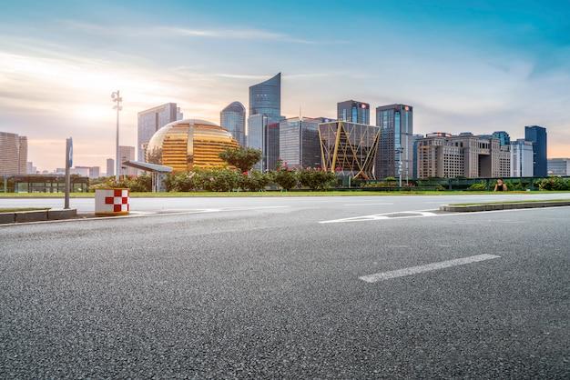 道路の地面と都市の近代建築景観 Premium写真