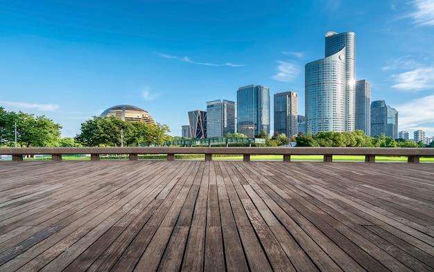 道路の地面と都市の近代的な建築風景のスカイライン Premium写真