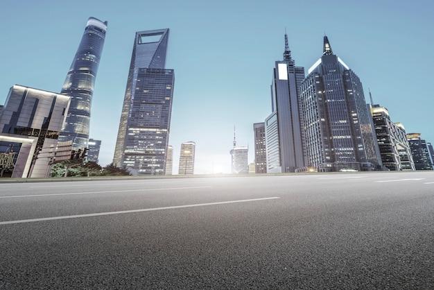 Дорожная площадка и городской современный архитектурный ландшафт Premium Фотографии